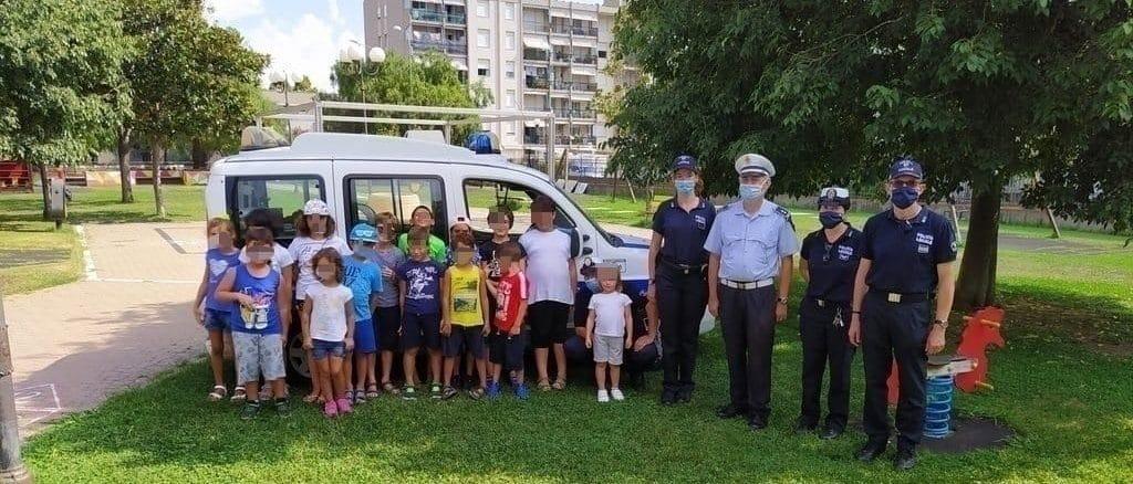 Albenga - polizia locale con i bambini al Parco Peter Pan