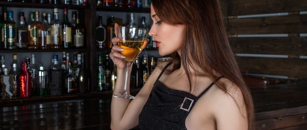 Giovane donna al banco bar