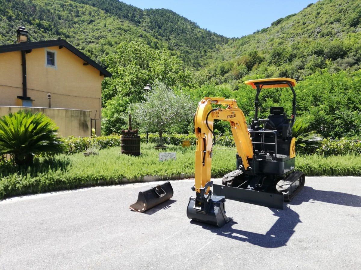 Il nuovo mini escavatore del Comune di Zuccarello