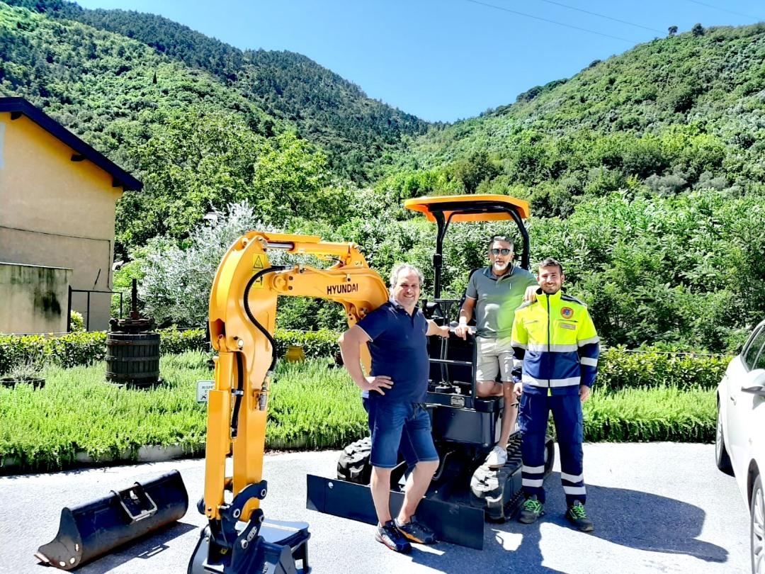 Il nuovo mini escavatore del Comune di Zuccarello- presentazione sindaco Paliotto