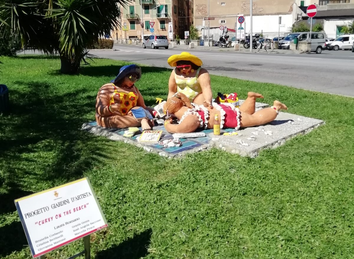 Savona - opera ceramica Curvy on the beach per Giardini dArtiista