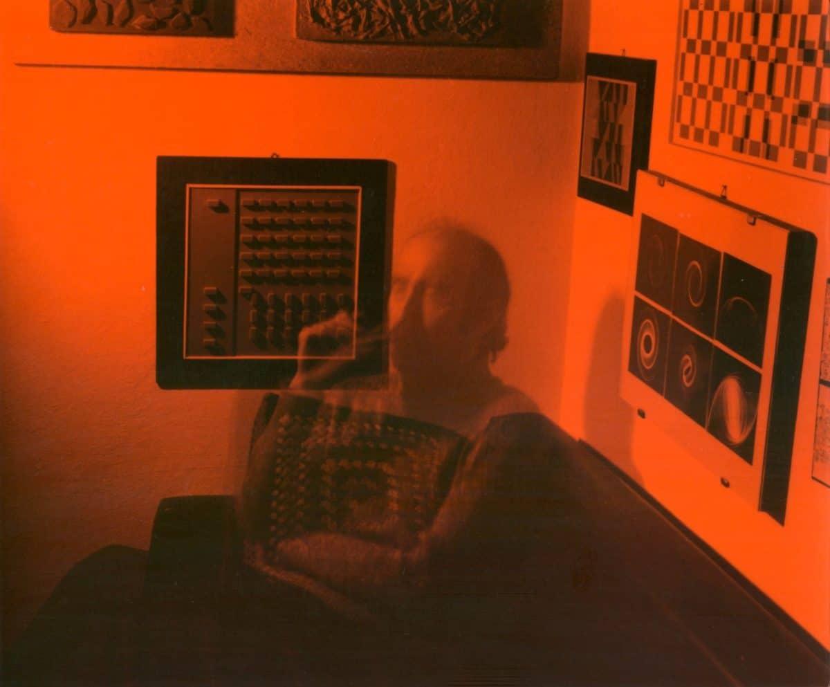 autoritratto arancio, 20 maggio 1972, stampa vintage ai sali argento con pellicola adesiva arancione, 17x20