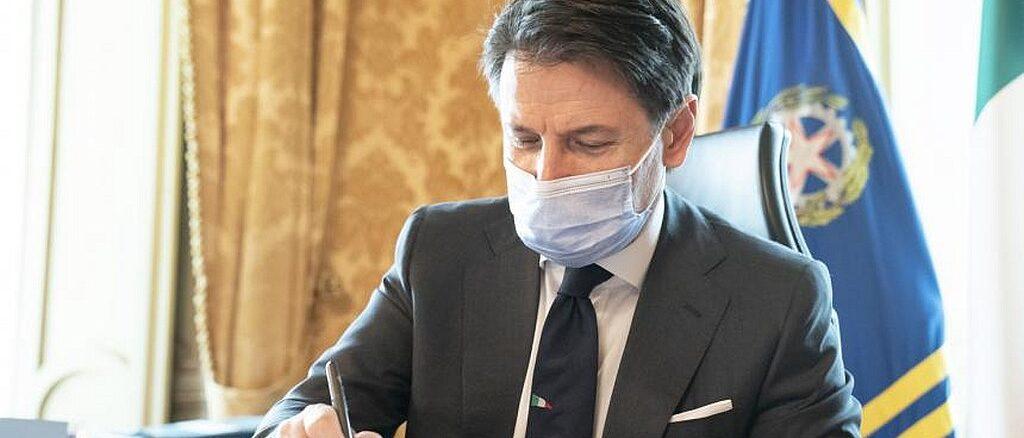 Il presidente Giuseppe Conte firma il Dpcm