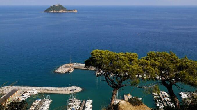 Marina di Alassio e vista Isola Gallinara