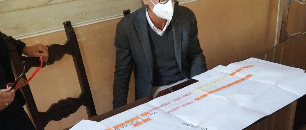 sindaco di Albenga Riccardo Tomatis e pianta del mercato