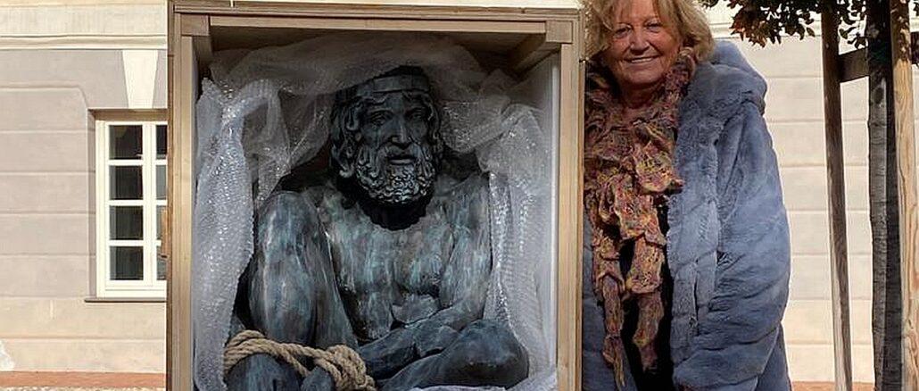 Andora - assessore Nasi con una delle sculture evase dalla mostra