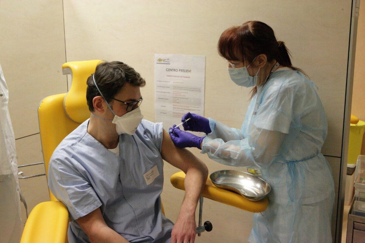 Galliera primo vaccinato Marco Lattuada 46 anni direttore del reparto di Anestesia e rianimazione. Ha affrontato emergenza Covid in prima linea.