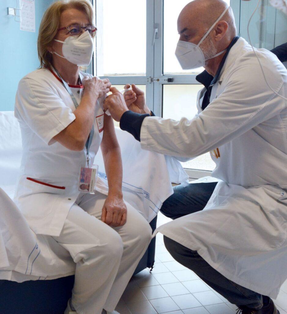 Prima vaccinata GASLINI Orietta Vianello coordinatrice infermieristica del Comitato infezioni ospedaliere Unita di crisi del Gaslini