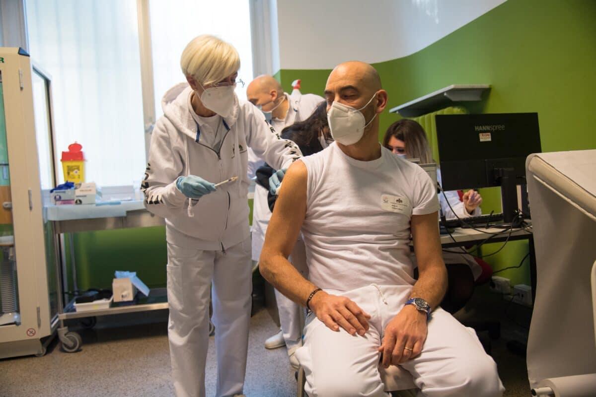 vaccinazione Matteo Bassetti, direttore Clinica Malattie Infettive San Martino
