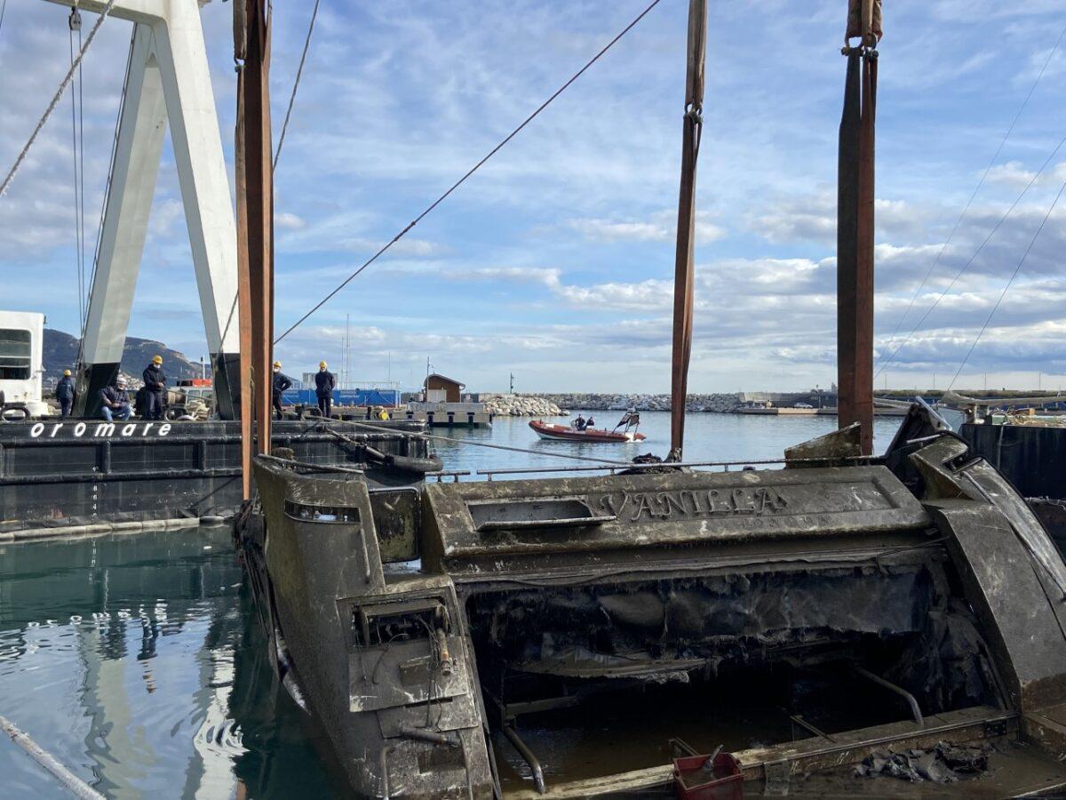 Porto di Loano recupero relitto Lady Vanilla 03