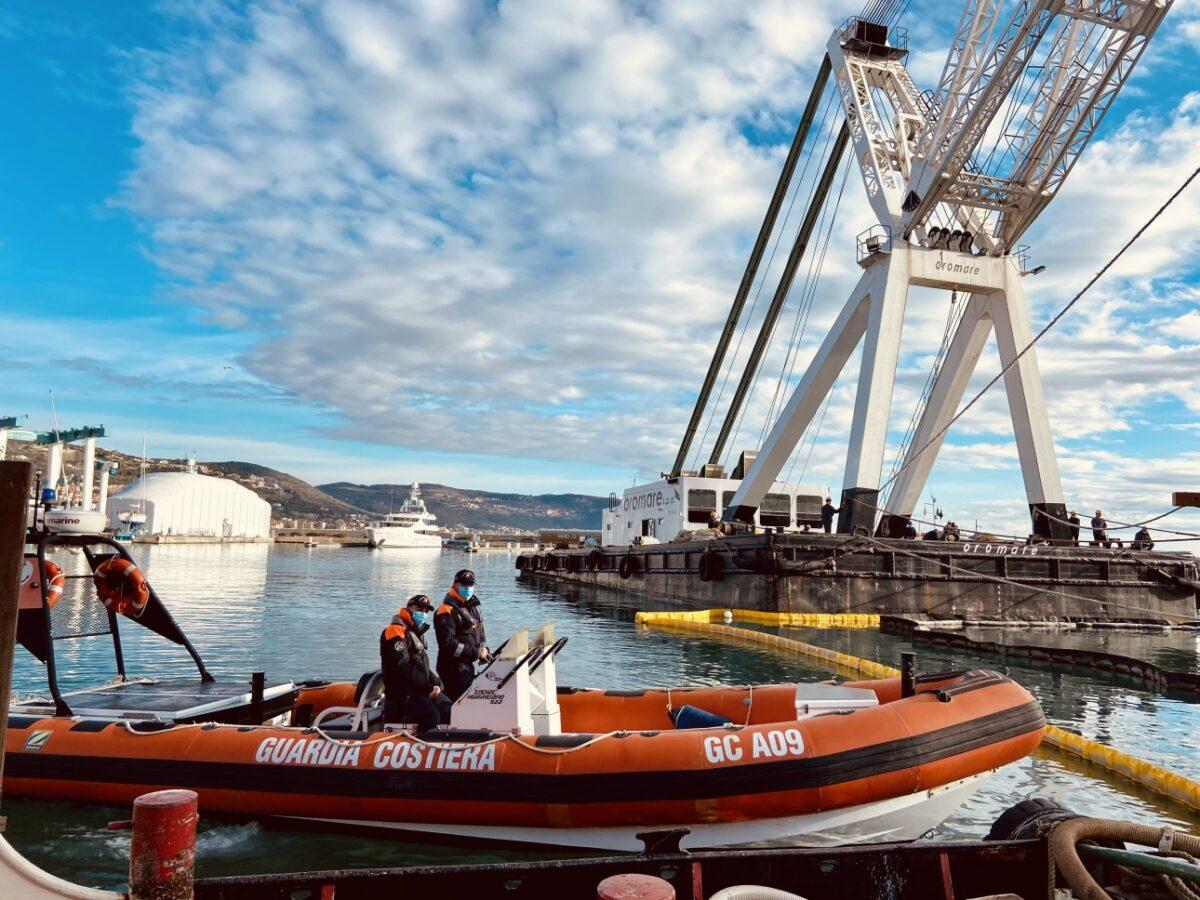Porto di Loano recupero relitto Lady Vanilla 04