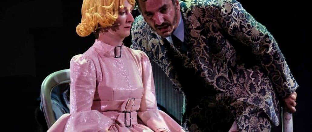 Valentina Picello e Antonio Cirillo in una scena de -La scuola delle mogli-