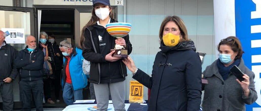 Zonta - la Presidente Antonella Raimondi consegna il Trofeo alla vincitrice Sofia Bonmartini