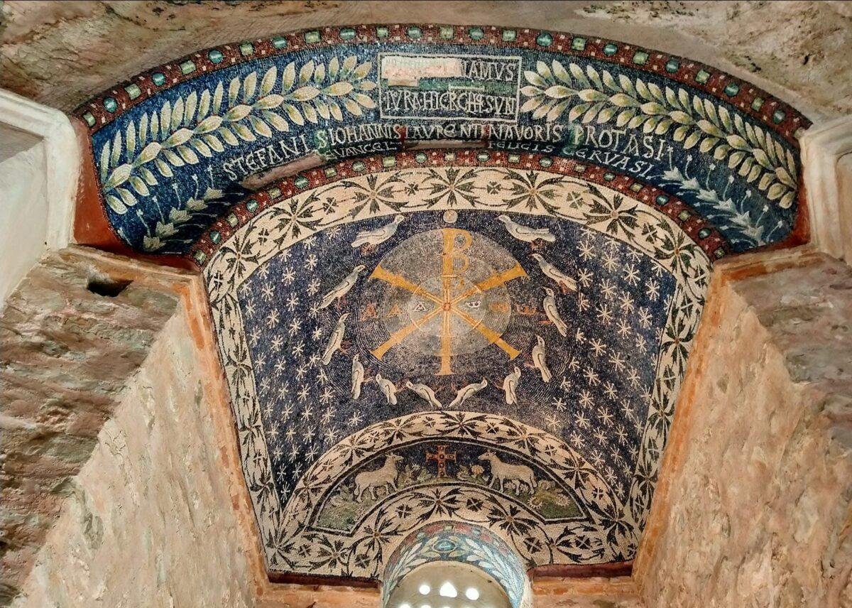 Trinità aniconica del Battistero di Albenga V-VI secolo