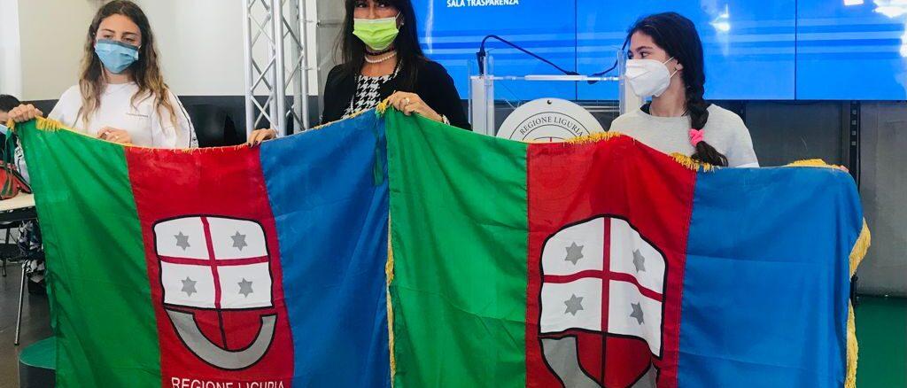 Bandiera di Regione Liguria a Carola Pessina e Vittoria Olivier