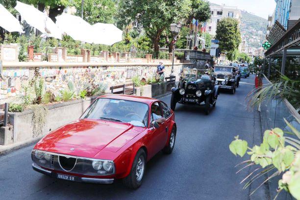 Le auto davanti al Muretto Foto Fasano